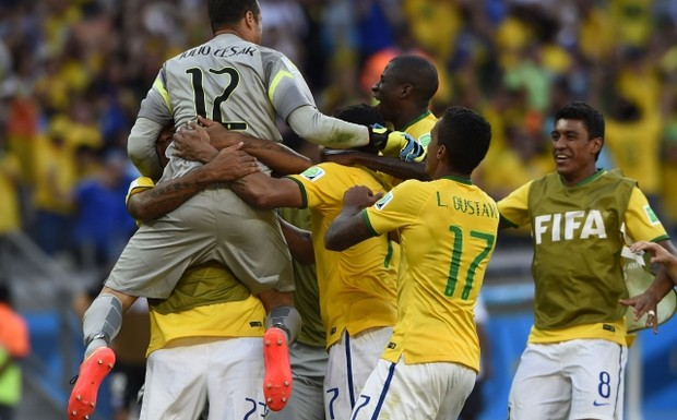 Brazil's+goalkeeper+Julio+Cesar+(L)+celebrates+with+his+teammates+during+the+penalty+shootout+with+Chile+in+their+2014+World+Cup