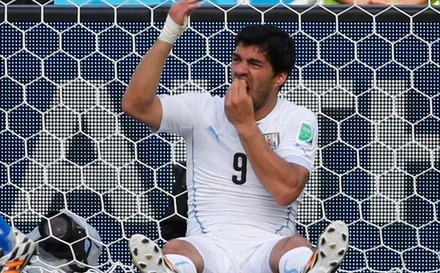 Uruguay's+Luis+Suarez+holds+his+teeth+during+the+2014+World+Cup+Group+D+soccer+match+between+Uruguay+and+Italy+at+the+Dunas+arena